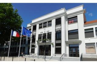 l-hotel-de-ville-offre-au-regard-une-facade-completement-renovee-photo-jacques-elisabeth-1500321587